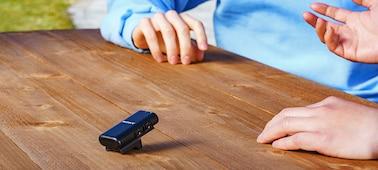 Kuva ECM-W2BT:stä pöydällä, liittimen pidike mikrofonitelineenä