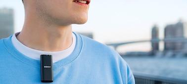 Kuva henkilöstä, joka käyttää ECM-W2BT:tä vlogin tekemiseen